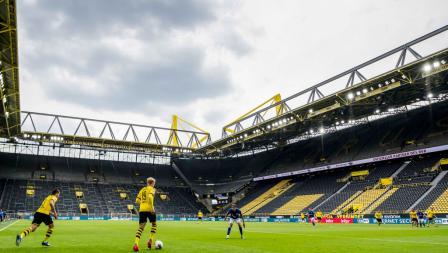 Laga Bundesliga Jerman antara Borussia Dortmund vs Schalke 04 tanpa dihadiri penonton.