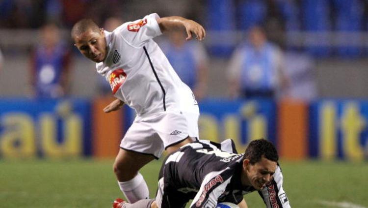 Madson Formagini Caridade (kiri) saat masih bermain di Santos. Copyright: Buda Mendes/GettyImages