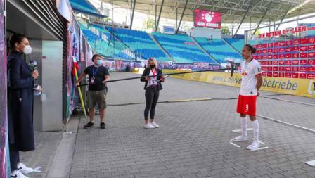 Pemain RB Leipzig Yussuf Poulsen Diwawancarai dari jarak jauh usai laga Bundesliga.