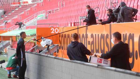 Tobias Zellner, Asisten Pelatih Augsburg diwawancarai dari jarak jauh.