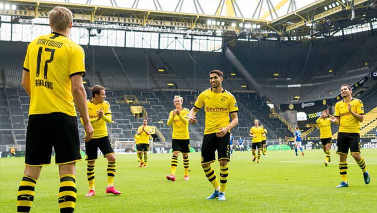 Para pemain Borussia Dortmund selebrasi dengan social distancing usai Erling Haaland cetak gol ke gawang FC Schalke. Copyright: Alexandre Simoes/Borussia Dortmund via Getty Images