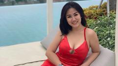 Indosport - Tante Ernie Pose Di Pinggir Kolam Renang, Netizen Ingin Ikutan Nyemplung.