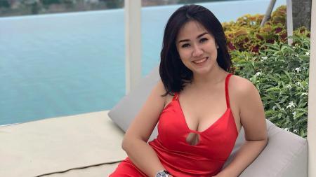 Ernie Judojono atau yang akrab disapa Tante Ernie, baru-baru ini mengunggah video berisi momen latihan Muay Thai. - INDOSPORT