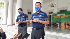 Indosport - Komisaris PT Persib Bandung Bermartabat (PBB), Umuh Muchtar, seusai menyerahkan bantuan berupa 50.000 masker, 2500 alat pelindung diri (APD) dan 1 unit ventilator dari Persib kepada Gugus Tugas Percepatan Penanggulangan Covid-19 Jawa Barat.