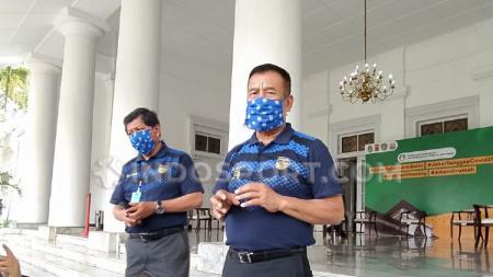 Komisaris PT Persib Bandung Bermartabat (PBB), Umuh Muchtar, seusai menyerahkan bantuan berupa 50.000 masker, 2500 alat pelindung diri (APD) dan 1 unit ventilator dari Persib kepada Gugus Tugas Percepatan Penanggulangan Covid-19 Jawa Barat di Gedung Pak - INDOSPORT