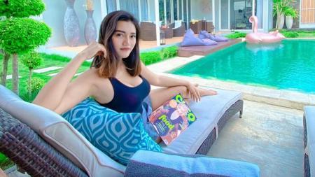 Pose Menantang Pakai Tanktop Putih, Jess Amalia Serasi dengan Berlliana Lovell. - INDOSPORT
