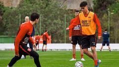 Indosport - Mees Hilgers (kanan) yang kerap disandingkan dengan salah satu bek keturunan dari Timnas Indonesia U-19, Elkan Baggott.