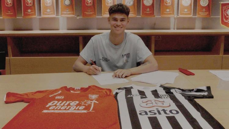 Mees Hilgers saat memperpanjang kontrak baru dengan FC Twente Copyright: instagram.com/meeshilgerss