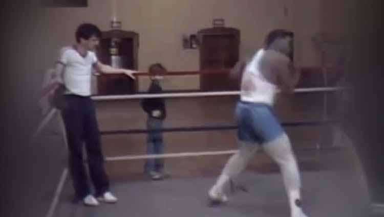 Teddy Atlas saat latihan bersama Tyson di atas ring Copyright: thesun.co.uk