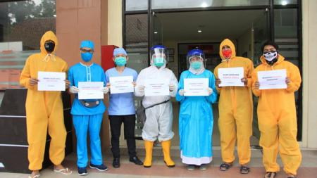 Penyerahan bantuan Dokjreng FC kepada tenaga medis di RSUD Kanjuruhan Kepanjen, Malang, Rabu (20/5/20). - INDOSPORT