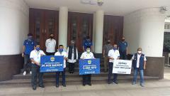 Indosport - Manajemen Persib menyerahkan bantuan untuk menangani pandemi covid-19 kepada Pemerintah Kota (Pemkot) Bandung di Balai Kota, Kota Bandung, Rabu (20/5/20).