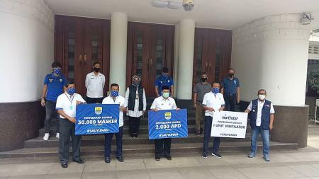 Manajemen Persib menyerahkan bantuan untuk menangani pandemi covid-19 kepada Pemerintah Kota (Pemkot) Bandung di Balai Kota, Kota Bandung, Rabu (20/5/20). - INDOSPORT