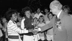 Indosport - Lita Liem Sugiarto dan Yolanda Sumarno saat menjuarai Hong Kong Invitation Hardcourt Tennis Championships 1978.