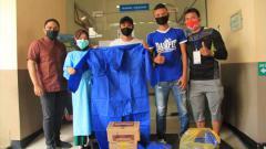 Indosport - Penyerahan bantuan medis berupa APD di RS Hasta Husada Kepanjen, Kabupaten Malang dari hasil lelang jersey yang digelar Dokjreng FC.