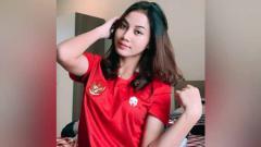 Indosport - Shafira ika Putri, pemain sepak bola wanita Indonesia menunjukkan skill olah bola yang membuat para lelaki minder.