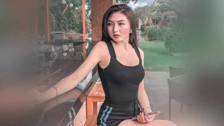 Ruth Stefanie terlihat memesona ketika berpose menggunakan sport bra. - INDOSPORT