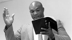 Indosport - George Foreman, eks petinju yang kini menjadi pendeta