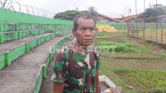 Indosport - Penjaga Stadion Andi Mattalatta, Makassar, Pak Bece, dengan latar belakang perkebunan sayur di dalam tribun penonton.