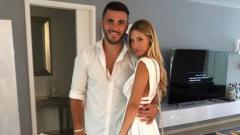 Indosport - Pemain Arsenal, Sead Kolasinac bersama sang istri, Bella.
