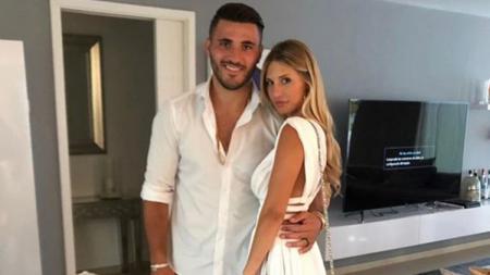 Pemain Arsenal, Sead Kolasinac bersama sang istri, Bella. - INDOSPORT