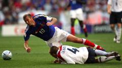 Indosport - Zinedine Zidane vs Steven Gerrard di Euro 2004
