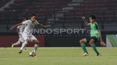 Indosport - Pemain PSS Sleman, Misbakus Solikin, mengikuti tantangan Kratingdaeng.