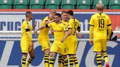 Indosport - Selebrasi para pemain Borussia Dortmund usai Raphael Guerreiro mencetak gol ke gawang Wolfsburg.