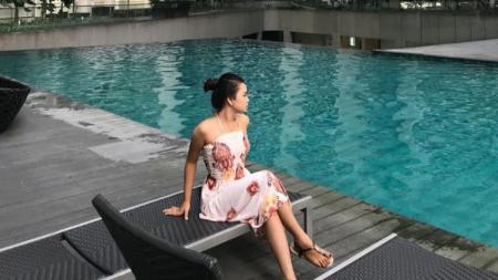Kekasih penggawa Borneo FC, Kevin Gomes yakni Putri Venisa terlihat sangat cantik jelita ketika menggenakan pakaian adat Kalimantan. - INDOSPORT