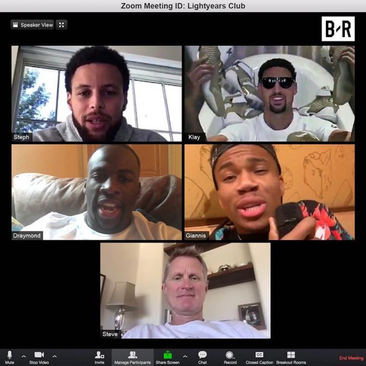 Giannis Antetokounmpo pernah kedapatan mengobrol dengan penggawa Golden State Warriors, Stephen Curry, Draymon Green, Klay Thompson, hingga sang pelatih, Steve Kerr. Copyright: Bleacher Report