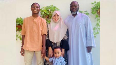 Pelatih Persipura, Jacksen Tiago bersama istri dan kedua anaknya tengah merayakan hari raya lebaran. - INDOSPORT