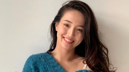Aktris cantik asal Kazakhstan, Gulnaz Zholanova, pamer bodygoals sambil peragakan pose yoga ekstrem. - INDOSPORT