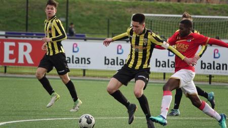 Jayden Houtriet (tengah) saat laga Vitesse Arnhem vs AZ Alkmaar. - INDOSPORT