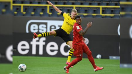 Erling Haaland dihalangi Jerome Boateng pada laga Borussia Dortmund vs Bayern Munchen di Bundesliga Jerman 2019-20, Selasa (26/05/20). - INDOSPORT