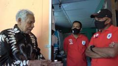 Indosport - Manajemen klub Liga 1 Persipura Jayapura saat mengunjungi Ketua Umum pertama klub, Pendeta Mesackh Koibur.