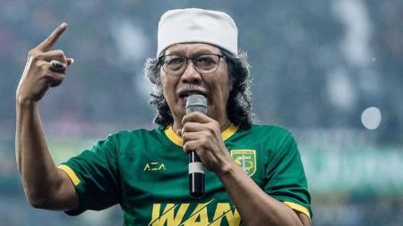 Muhammad Ainun Nadjib atau biasa disapa Cak Nun diketahui memiliki keakraban dengan dunia sepak bola Indonesia. Seperti apa kisahnya? Simak. - INDOSPORT