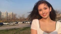 Indosport - Penyanyi asal Korea Selatan, Jeon So-mi, melakukan stretching atau pemanasan di pinggir kolam renang.