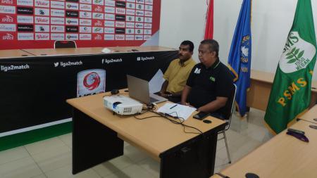 Manajer PSMS Medan, Mulyadi Simatupang (kanan) didampingi Sekum PSMS, Julius Raja, saat ikuti rapat virtual dengan PSSI. - INDOSPORT