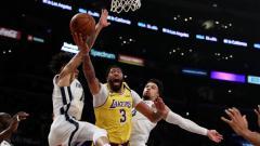 Indosport - Bintang LA Lakers, Anthony Davis (tengah) saat dikepung oleh dua pemain Memphis Grizzlies dalam pertandingan NBA pada akhir Februari 2020 lalu.