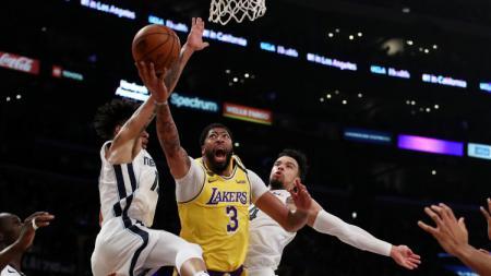 Bintang LA Lakers, Anthony Davis (tengah) saat dikepung oleh dua pemain Memphis Grizzlies dalam pertandingan NBA pada akhir Februari 2020 lalu. - INDOSPORT