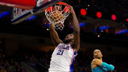 Bintang basket NBA dari tim Philadelphia 76ers, Joel Embiid (kiri) melakukan slam dunks saat melawan Charlotte Hornets pada November 2019 lalu. - INDOSPORT