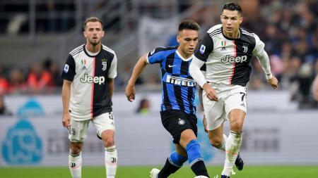 Lautaro Martinez (tengah) saat berduel dengan eks megabintang Man United, Cristiano Ronaldo di laga Inter Milan vs Juventus - INDOSPORT
