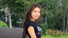 Indosport - Jadi ring girl MMA memberikan kesan bagi Lucky Mizili. Wanita asal Korea Selatan ini sukses mencuri perhatian ketimbang duel penuh darah dari para petarungnya.