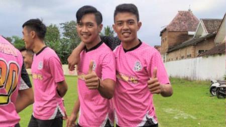 Pemain Arema FC, Dedik Setiawan, bersama Jayus Hariono. - INDOSPORT