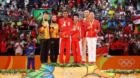 Dari kiri Peng Soon Chan dan Liu Ying Goh (Malaysia), Tontowi Ahmad dan Liliyana Natsir (Indonesia) dan Nan Zhang dan Yunlei Zhao (Cina) saat di podium usai perebutan Medali Emas Ganda Campuran Olimpiade Rio 2016 di Rio de Janeiro, Brasil. - INDOSPORT