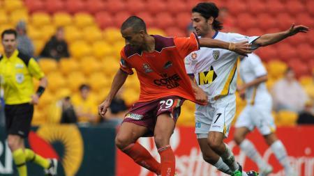 Aksi pemain yang sempat diincar AC Milan, Mario Karlovic (kiri) saat masih membela Brisbane Roar di Liga Australia pada tahun 2009 - INDOSPORT