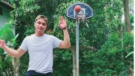 Kekasih selebgram Karin Novilda, Sabian Tama, pamer skill kece saat bermain basket. - INDOSPORT