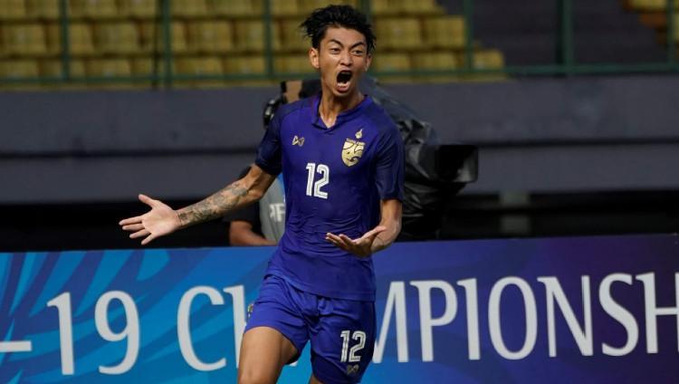 Pemain Muangthong United Korawich Tasa saat membela Timnas Thailand. Copyright: the-afc.com
