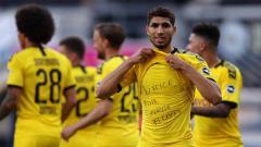 Indosport - Selebrasi pemain Borussia Dortmund, Achraf Hakimi Mouh usai mencetak gol keempat untuk timnya pertandingan Bundesliga antara SC Paderborn vs Borussia Dortmund, Minggu (31/05 2020) di Benteler, Jerman.
