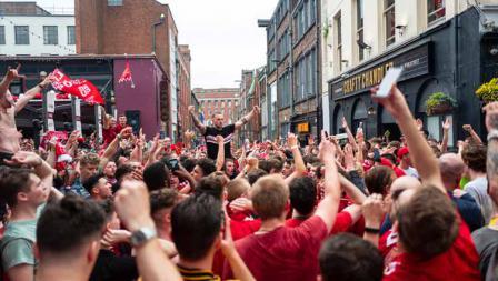 Momen supporter Liverpool yang memadati sejumlah ruas jalan di Kota Madrid, sebelum pertandingan Liga Champions dimulai.