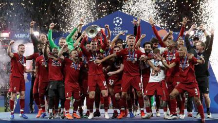Selebrasi pemain Liverpool mengangkat trofi Liga Champions keenam mereka, 1 Juni 2019.